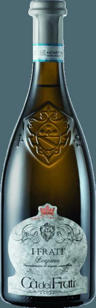 IlI Frati Lugana di Cà dei Frati è il fiore all'occhiello dell'azienda ed è vinificato dal vitigno localeTurbiana (Trebbiano). Nel bicchiere, questo vino brilla in un chiaro giallo paglierino con riflessi dorati. Il bouquet è meravigliosamente sfaccettato - quando è giovane, il naso è trattato con sottili note di fiori bianchi, albicocche succose e mandorle. Con il tempo, a questo vino bianco italiano si aggiungono sfumature minerali e speziate, così come aromi caramellati. Al palato, questo vino è meravigliosamente corposo con un'acidità vitale ed esuberante. L'essenza speziata è perfettamente integrata nel corpo dritto, minerale ed elegante. Questo vino bianco convince con la sua personalità ricca di finezza e complessità e la sua espressiva varietà di aromi. Vinificazione delCà dei FratiLugana Dopo l'accurata raccolta delle uve, queste vengono immediatamente portate alla cantinaCà dei Frati. Il mosto viene fatto fermentare in serbatoi di acciaio inox e lasciato sui lieviti per almeno 6 mesi (invecchiamento sur lie). Infine, questo vino matura per altri 2 mesi in bottiglia. Raccomandazione di cibo per il LuganaCà dei Frati Godetevi questo vino bianco secco dall'Italia con antipasti tiepidi o pesce alla griglia con patate al prezzemolo. Premi per I Frati Lugana Falstaff: 92 punti per il 2017 Mundus Vini: il miglior vino bianco d'Italia per il 2017 Vinum: 17/20 punti per il 2017 Wine Enthusiast: 91 punti per il 2015