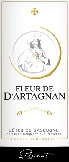 Il Fleur de d'Artagnan Rosé di Plaimont mostra un meraviglioso colore rosso salmone nel bicchiere. Qui, gli aromi espressivi di bacche dolci e mature si dispiegano, come lamponi, fragole, mirtilli e ribes. Queste note di bacche sono completate da un fine accenno di pepe e da note esotiche. Questa cuvée ben equilibrata convince al palato con molto succo e pienezza e un'impressione vivace e fresca. Nel finale del Fleur de d'Artagnan Rosé si percepiscono discrete sfumature floreali e pepate. Il vino ideale per godersi le serate estive in terrazza o durante un barbecue! Vinificazione del Fleur de d'Artagnan Rosé Questa cuvée francese di Gasgogne è vinificata con 70% Merlot e 30% Cabernet Sauvignon. Dopo la raccolta, l'uva viene diraspata, pigiata e pressata delicatamente dopo un certo tempo di riposo. Il mosto risultante viene fatto fermentare a freddo in serbatoi di acciaio inossidabile, il che garantisce la freschezza e la fruttuosità di questo vino. La serie di vini Fleur de d'Artagnan della cantina Plaimont comprende vini di straordinaria freschezza, chiarezza e fruttuosità con un onesto carattere di vitigno. L'attenzione è soprattutto sui vitigni regionali. I vini spiritosi sono intesi come un impressionante monumento al famoso moschettiere d'Artagnan, il cui ritratto adorna l'etichetta. Raccomandazione per il Fleur de d'Artagnan Rosé di Plaimont Godetevi questo rosé secco dal sud della Francia con insalate fresche, cibo alla griglia o dessert fruttati.