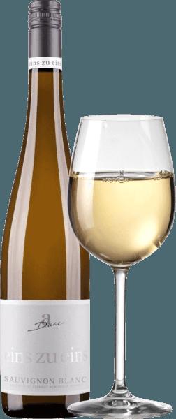 Il Sauvignon Blanc di Eins zu Eins di A. Diehl può essere visto come l 'esempio del tipico Sauvignon Blanc tedesco. Nel bicchiere, si riconosce un bel colore platino-oro e anche il bouquet ispira: erba fresca e uva spina pura. Questo vino bianco del Palatinato vizia con un frutto incantevole, composto da aromi di agrumi, qualche bergamotto, mango maturo e melone opulento, completato da qualche ribes nero. Al palato, il One to One Sauvignon Blanc di A. Dieht è fantasticamente fresco ed enormemente espressivo. Un'eccellente mineralità combinata con una struttura compatta caratterizza il finale. Questo vino bianco combina la natura potente delle uve ben mature con la freschezza verde-fruttata che ha dato ai vini neozelandesi di questo vitigno un'enorme popolarità. Vinificazione del One to One Sauvignon Blanc di A. Diehl Questo Sauvignon Blanc è vinificato esclusivamente in serbatoi di acciaio inossidabile per massimizzare lo stile varietale. Dopo una breve fase di maturazione in serbatoi di acciaio inox, il Sauvignon Blanc one-to-one viene imbottigliato fresco e croccante Raccomandazione di cibo per il Sauvignon Blanc uno a uno da A. Diehl Consigliamo questo vino bianco del Palatinato a carni leggere, verdure crude, asparagi con vinaigrette e lasagne di verdure. Premi per il A. Diehl Eins zu Eins Sauvignon Blanc Mundus Vini: oro per il 2016