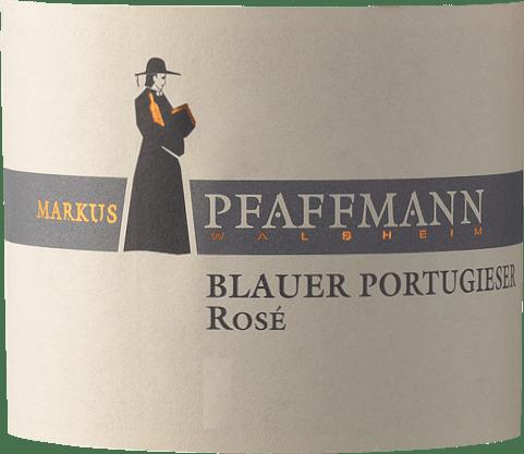 Il Blauer Portugieser Rosé di Markus Pfaffmann dal Palatinato offre un colore rosso rosato brillante e forte nel bicchiere di vino. Nel bicchiere, questo vino rosato di Markus Pfaffmann offre aromi di marasche, prugne, susine e ciliegie nere, completati da altre sfumature fruttate. Il Blauer Portugieser Rosé può essere descritto come particolarmente fruttato e vellutato, poiché è stato vinificato con un profilo di gusto meravigliosamente dolce. Leggero e multistrato, questo vino rosato croccante si presenta al palato. Grazie alla sua acidità di frutta presente, il Blauer Portugieser Rosé si mostra impressionantemente fresco e vivace al palato. Il finale di questo vino rosato della regione vinicola del Palatinato ispira finalmente un buon riverbero. Vinificazione del Blauer Portugieser Rosé da Markus Pfaffmann L'elegante Blauer Portugieser Rosé dalla Germania è un vino monovarietale fatto dal vitigno Portoghese Nero. Dopo la vendemmia a mano, l'uva arriva al torchio il più rapidamente possibile. Qui sono selezionati e accuratamente suddivisi. Segue la fermentazione in serbatoi di acciaio inox a temperatura controllata. La fermentazione è seguita da alcuni mesi di maturazione sulle fecce fini prima che il vino venga finalmente imbottigliato. Raccomandazione di cibo per Markus Pfaffmann Blauer Portugieser Rosé Questo vino tedesco si gusta meglio ben freddo a 8 - 10°C. È perfetto per accompagnare le cosce di pollo giamaicane con insalata di ananas, la torta di cipolle al timo o il curry di pesce al cocco e lime.