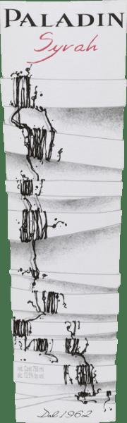 Il Syrah di Paladin è un vino rosso monovarietale della regione di Annone Veneto. Nel bicchiere mostra un forte rosso rubino con riflessi viola-blu. Un bouquet espressivo e complesso con frutti di bosco (ribes nero, more e lamponi), marmellata ed eleganti spezie accoglie il naso. Questo vino rosso italiano è ben strutturato, armonioso e morbido, con carattere e un bell'equilibrio di acidità delicata, frutta intensa e tannini vellutati. La frutta indugia anche sul finale rotondo, armonioso e di media lunghezza. Vinificazione del Paladin Syrah Dopo la vendemmia, le uve vengono diraspate, pigiate e fatte fermentare in serbatoi di acciaio inox a temperatura controllata. Il vino poi matura e si affina per nove mesi in botti di rovere francese prima di essere imbottigliato. Raccomandazione di cibo per il Syrah di Paladin Servite questo vino rosso veneto come aperitivo o come accompagnamento a tapas (prosciutto, piatto di salsiccia), a vespri o spuntini e a formaggi morbidi di media stagionatura. Premi per il Syrah Paladin Trofeo dei vini di Berlino: oro per il 2016 Mundus Vini: argento per il 2015 Concours Mondial de Bruxelles: oro per il 2015 Selections Mondiales de Vins Canada: Oro per il 2015