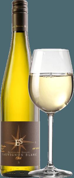 Il Sauvignon Blanc Gutswein dry di Ellermann-Spiegel si presenta nel bicchiere di un giallo chiaro scintillante. Il bouquet mostra già il suo proprio stile. È caratterizzato da uva spina meravigliosamente matura, note tropicali di mango e kiwi giallo e altri frutti a nocciolo gialli. Delicate sfumature erbacee di erba e melissa completano. Al palato, questo Palatinato Sauvignon Blanc Gutswein trocken di Ellermann-Spiegel è meravigliosamente vivace, fresco, vivace e grintoso, ha estratto e potenza. Speziato e con una fresca acidità, rotola sulla lingua e saluta con un lungo finale minerale. Vinificazione del Ellermann-Spiegel Sauvignon Blanc Il Sauvignon Blanc è stato fermentato da Frank Spiegel in serbatoi di acciaio inox sotto controllo della temperatura e poi maturato per qualche tempo sulle fecce fini, in modo che il suo aroma potesse essere ulteriormente raffinato. Raccomandazione di cibo per il Ellermann-Spiegel Sauvignon Blanc Godetevi il Sauvignon Blanc Gutswein trocken dell'enologo Frank Spiegel con piatti asiatici come il Bun Bo o il curry saltato con zenzero, basilico tailandese e lemongrass.
