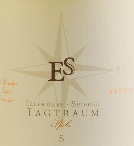 La Cuvée Tagtraum di Ellermann-Spiegel è vinificata da Frank Spiegel con Auxerrois e Pinot Bianco e si presenta nel bicchiere con un giallo agrumi brillante. Il naso di questo meraviglioso vino bianco semi-secco del Palatinato è determinato dalla pera matura e da tutti i tipi di frutta tropicale come litchi, mango e mandarino. Al palato, il Tagtraum di Ellermann-Spiegel è meravigliosamente bevibile, succoso e fruttato. Gli aromi di frutta esotica, la fusione e la densità interna di questo vino invitano a sognare. Il profilo di sapore semi-secco rende la bevibilità incredibile. L'equilibrio tra dolcezza e fresca acidità è perfetto. Vinificazione del vino bianco Tagtraum di Ellermann-Spiegel Il Tagtraum di Ellermann-Spiegel è vinificato esclusivamente in serbatoi di acciaio inossidabile e quindi colpisce per il suo aroma di frutta assolutamente puro. L'Auxerrois fornisce espressione e frutta, mentre il Pinot Bianco dà corpo al vino senza renderlo troppo grasso. Consiglio gastronomico per il vino bianco cuvée Tagtraum di Ellermann-Spiegel Godetevi il Tagtraum di Frank Spiegel con piatti asiatici, sia vietnamiti che thailandesi.