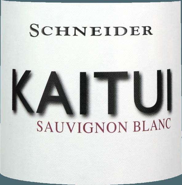 """Il Kaitui Sauvignon Blanc di Markus Schneider è la risposta tedesca al successo dei vini bianchi neozelandesi. Il fatto che Markus Schneider voglia competere con i classici dall'altra parte del mondo - come Cloudy Bay & Co. Kaitui significa """"sarto"""" nella lingua Maori (attenzione, la professione, non il cognome). Il Kaitui Sauvignon Blanc arriva nel bicchiere con un delicato colore giallo platino e riflessi verdognoli. Il primo naso ricorda immediatamente i classici aromi della Nuova Zelanda o del clima freddo. Vengono in mente l'erba appena tagliata, il bosso, la citronella, le foglie di kaffir lime, il kiwi e la mela Granny Smith croccante. Note minerali e sentori di fiori bianchi completano. Al palato, lo Schneider Kaitui inizia eccezionalmente potente, succoso e bevibile. Sfumature minerali, fine fusione e un lungo finale esotico-fruttato rendono questo vino un'esperienza incredibile. Vinificazione del Kaitui Sauvignon Blanc Markus Schneider ottiene le uve per il suo Kaitui da appezzamenti particolarmente alti, dove le viti sono radicate nel terreno calcareo. Dopo la macerazione, il vino viene lasciato a macerare da 4 a 10 ore, seguito da una pressatura delicata e da una fermentazione a temperatura controllata. Raccomandazione per il Kaitui Sauvignon Blanc di Markus Schneider Godetevi questo vino bianco del Palatinato al meglio con piatti asiatici come il curry di pesce tailandese, gli involtini estivi vietnamiti o il pollo saltato in padella con verdure colorate."""