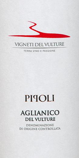 Il Pipoli Aglianico del Vulture da Vigneti del Vulture nella regione vinicola italiana della Basilicata è un vino rosso varietale, caldo ed elegante. Questo vino si presenta nel bicchiere in un rosso intenso con riflessi violacei. IlPipoli Aglianico del Vulturedispiega il suo bouquet complesso e potente con aromi di ciliegia, vaniglia, viola, liquirizia e pepe nero. Questo vino rosso del sud Italia è caldo e presente al palato con un corpo pieno. I suoi tannini maturi e dolci portano al finale lungo e balsamico. Vinificazione del Pipoli Aglianico dei Vigneti del Vulture Le uve per questo Aglianico monovarietale sono state raccolte a mano, selezionate e poi delicatamente pressate e diraspate. Prima della fermentazione, le uve sono state macerate a una temperatura di 4 gradi Celsius per 5 giorni e poi hanno fermentato a 22-24 gradi Celsius. Il 40% del Pipoli Aglianico è stato poi affinato per 10 mesi in botti di barrique usate, il resto è rimasto in vasche di acciaio inox. Per l'affinamento finale, questo vino è maturato per altri 3 mesi in bottiglia. Raccomandazione per il Pipoli Aglianico del Vulture Godetevi questo vino rosso secco dall'Italia con piatti di carne o formaggi stagionati. Premi per il Pipoli Aglianico di Vigneti del Vulture Vinibuoni d'Italia: Golden Star per il 2015 AWC Vienna: oro per il 2015 Concours International de Lyon: Argento per il 2015 Decanter: Bronzo per il 2015