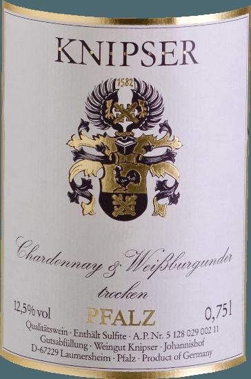 """I Kniper sanno anche che la famiglia dei vitigni di Borgogna rende una varietà di caratteristiche più forti nel collettivo. Questo è anche vero per questi due protagonisti - Chardonnay e Pinot Bianco di Knipser - che provengono dallo stesso vivaio, ma tuttavia prendono le loro strade in termini di carattere. Mentre lo Chardonnay è considerato il miglior vitigno bianco del mondo, il Pinot Bianco è conosciuto solo alle nostre latitudini come una qualità elevata. Entrambi insieme risultano in un vino meravigliosamente armonioso, che combina in egual misura elegante flusso di bere ma anche smacky fusione. Lo Chardonnay e il Pinot Bianco di Knipser è un vino bianco del Palatinato meravigliosamente secco, come si trova così raramente. In un vestito giallo con riflessi verdognoli, questo vino tedesco ti abbaglia con aromi succosi di frutta locale matura, come la pera o la prugna fresca. Vinificazione dello Chardonnay e del Pinot Bianco di Knipser Entrambi i vitigni della cuvée crescono già insieme nel vigneto, che di fatto corrisponde a un classico Gemischter Satz. Le uve di entrambe le varietà sono raccolte a mano e fermentate insiemesotto controllo della temperatura in serbatoi di acciaio inossidabile. Raccomandazione di cibo per il Knipser Chardonnay & Pinot Bianco Questo vino bianco secco dalla Germania è un compagno meraviglioso per una fresca insalata estiva o per piatti leggeri di pesce in una salsa cremosa. Commenti della stampa sullo Chardonnay - Pinot Bianco Cuvée di Knipser Eichelmann - I vini della Germania """"Lo Chardonnay e il Pinot Bianco sono molto invitanti con un sacco di fusione, un meravigliosouna cuvée di parenti stretti, succosa e beverina"""" Guida dei vini Gault-Millau """"Un perfetto vino gastronomico che va giù bene con un numero incredibile di ospiti perché è moltouniversalmente applicabile, eppure non si fa mai sentire"""""""