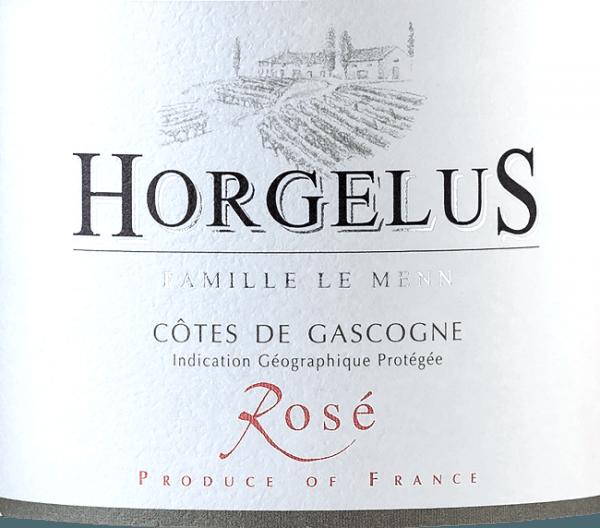 Il Rosé Cotes de Gascogne IGP del Domaine Horgelus brilla in un brillante rosé salmone. Questo vino del sud-ovest della Francia è una bella miscela di 35% Merlot, 35% Tannat e 30% Cabernet Sauvignon. Il naso rivela un bouquet intenso e ricco con aromi di fragola selvatica, agrumi e succoso ribes nero. Questi aromi gentili e seducenti si riflettono sul palato, gustoso e morbido. Coltivazione e vinificazione del Rosé Côtes de Gascogne del Domaine Horgelus Sui pendii soleggiati della Guascogna, nel cuore della Francia sud-occidentale, crescono le viti per i vini della tenuta Domaine Horgelus della famiglia Le Menn. Con Yoan, è già la quinta generazione che produce vini, ogni anno vengono creati nuovi vini, nuove cuvée che continuano lo spirito del Domaine: vini piacevoli, non complicati e facilmente accessibili per molte persone e per ogni occasione. Il segreto dei vini di Yoan Le Menn è quello di conservare gli aromi fruttati e la freschezza dei suoi vini. Per questo motivo, la vendemmia si svolge dalle 3 del mattino fino alle prime ore del mattino per sfruttare al meglio il fresco delle ore mattutine. La fermentazione alcolica a temperatura controllata avviene subito dopo la pressatura soffice in serbatoi di acciaio inossidabile. Così, i vini imbottigliati sorprendono con i loro ricchi bouquet e il loro gusto fruttato. Raccomandazione per il Rosé Côtes de Gascogne del Domaine Horgelus Questo rosato mite e delicatamente profumato del Domaine Horgelus è un vino semplice per ogni occasione, si accompagna meravigliosamente a tapas, pesce e carne alla griglia, in una calda serata estiva con gli amici, all'ombra degli alberi, con in sottofondo il frinire delle cicale...