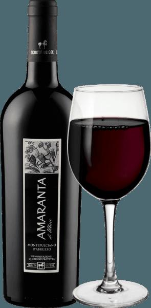 L'AMARANTA di Ulisse Montepulciano d'Abruzzo DOC della Tenuta Ulisse è un Cru. Questo potente vino rosso italiano scorre nel bicchiere in un rosso rubino molto pieno ed elegante. Al naso mostra aromi molto complessi e generosi con i meravigliosi sentori di prugne e marmellata di ciliegie. Questi aromi di frutta sono sostenuti da sfumature di tabacco e da un retrogusto speziato. Al palato, questo impressionante Montepulciano d'Abruzzo è splendidamente equilibrato e complesso con tannini piacevoli che sono ben integrati nella struttura. Corposo e potente, questo rosso è una vera delizia con un potenziale alcolico superbamente equilibrato. Con un finale lungo, caldo e opulento, l'Amaranta convince su tutta la linea. Un vino di classe incontrastata, un meraviglioso omaggio pieno di amore e rispetto al più importante vitigno rosso d'Abruzzo. Vale la pena notare che l'AMARANTA di Ulisse, come gli altri vini della Tenuta Ulisse, ha un eccellente rapporto qualità-prezzo. Vinificazione dell'Amaranta di Ulisse della Tenuta Ulisse Le uve per questo Cru Montepulciano d'Abruzzo crescono in vigneti molto vecchi su viti altrettanto vecchie, che hanno potuto scavare le loro radici nel terreno argilloso e fine per una media di 30-35 anni. L'ambiente molto caldo e le scarse precipitazioni, così come le forti oscillazioni tra le temperature del giorno e della notte, fanno sì che le uve possano maturare bene senza perdere la loro acidità. Dopo la vendemmia manuale altamente selettiva, una parte viene raccolta surmatura per l'Amaranta, le uve vengono aperte nella cantina della Tenuta Ulisse, pigiate e il mosto viene fatto fermentare a temperatura controllata. In seguito, l'Amaranta matura per 9-12 mesi in barrique di alta qualità di rovere francese e americano. Il vitigno autoctono Montepulciano d'Abruzzo ha vissuto un vero rinascimento negli ultimi anni. Fino ad oggi, non si sa molto sulle origini di questa uva scura. Per molto tempo è stato attribuito al gruppo di cloni di Sangiovese.