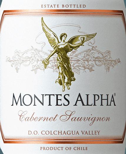 Il Montes Alpha Cabernet Sauvignon è un meraviglioso vino rosso cuvée di Cabernet Sauvignon (90%) e Merlot (10%). Nel bicchiere, questo vino rosso cileno delizia con un forte colore rosso rubino.L'elegante, complesso e intenso bouquet dispiega potenti aromi di violette e frutti rossi - soprattutto ciliegia del cuore - così come note di mora, cioccolato e pepe nero con un pizzico di scatola di sigari. Vaniglia, caramello e note di caffè della maturazione in rovere completano gli aromi al naso. Al palato, questo eccellente vino rosso cileno, ricco di finezza, convince con un meraviglioso equilibrio, una grande struttura, un corpo medio e tannini fermi e rotondi. Questo vino rosso chiude con un finale lungo e persistente. Vinificazione del Cabernet Sauvignon Montes Alpha Sia il Cabernet Sauvignon che il Merlot sono raccolti a mano a maturazione ottimale. Dopo la diraspatura completa, le uve vengono pigiate e fermentate separatamente. La fermentazione alcolica è seguita da un lungo periodo di macerazione. Questo dà a questo vino rosso i suoi potenti aromi, il suo colore intenso e i suoi meravigliosi tannini. L'invecchiamento di questo vino rosso avviene per 12 mesi in barrique di rovere francese. Solo all'imbottigliamento il Montes Alpha Cabernet Sauvignon è armoniosamente completato dalla quota del 10 per cento di Merlot. Raccomandazione per il Montes Alpha Cabernet Sauvignon Questo vino rosso secco del Cile è un compagno ideale per la pasta alla bolognese, la carne rossa, le costolette di vitello arrosto con salsa di Cabernet, le costolette di maiale, il manzo mongolo e il cioccolato fondente.